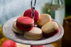 Weißes und rosa Macaron auf cakestand, Nahaufnahme Stockbilder