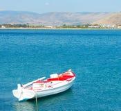 Weißes und rotes Boot, Griechenland Stockfotografie