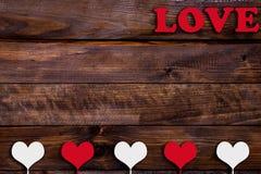 Weißes und rotes Herz mit der Wort Liebe Stockfoto