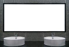 Weißes und sauberes Waschbecken mit schwarzen Mosaikkeramikfliesen stockbilder