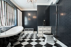 Weißes und schwarzes Badezimmer Stockfotos