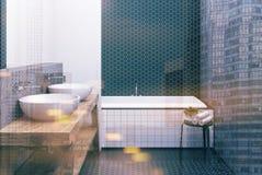 Weißes und schwarzes Badezimmer der Hexagonfliese, Wanne getont Stockbild