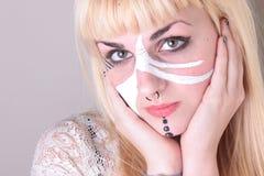 Weißes und schwarzes Gesichts-gemalte blonde Frau Lizenzfreies Stockfoto
