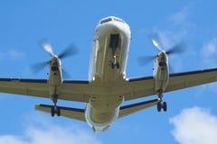 Weißes unmarkiertes Flugzeug auf Anflug. Propeller. lizenzfreie stockfotografie