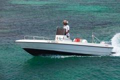 Weißes Vergnügensmotorboot, Nahaufnahme stockbilder
