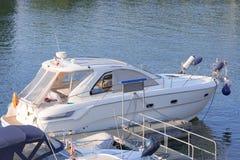 Weißes Vergnügensmotorboot am Pier Lizenzfreie Stockfotos