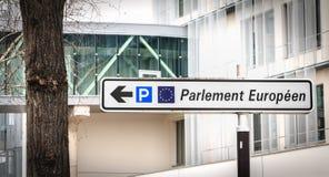 Weißes Verkehrsschild zeigt die Richtung des Parkens des Europäischen Parlaments an stockfoto