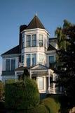 Weißes viktorianisches Haus auf Hügel Stockbild