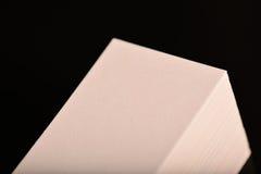 Weißes Visitenkarte-, Flieger oder Fahne Modell Leere leere Schablone von Papierkarten auf schwarzem Hintergrund stockbilder