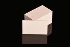 Weißes Visitenkarte-, Flieger oder Fahne Modell Leere leere Schablone von Papierkarten auf schwarzem Hintergrund Stockfoto