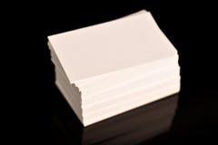 Weißes Visitenkarte-, Flieger oder Fahne Modell Leere leere Schablone von Papierkarten auf schwarzem Hintergrund Stockbild
