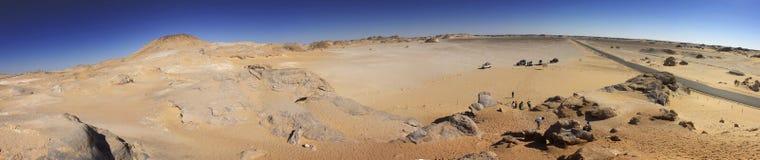 Weißes Wüstengebirgspanorama mit einem Straßenlauf zum Horizont lizenzfreie stockbilder