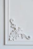 Weißes Wandformteil mit geometrischer Form und Fluchtpunkt Weißes Wandgestaltungsluxusflachrelief mit Stuckformteilen Stockfotografie