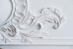 Weißes Wandformteil mit geometrischer Form und Fluchtpunkt Weißes Wandgestaltungsluxusflachrelief mit Stuckformteilen Stockfotos