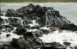 Weißes Wasser auf Lava-Felsen Lizenzfreie Stockfotos