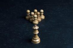 Weißes weiße Schachpfand der Schachkönigin sechs auf einer Marmortabelle Stockbilder