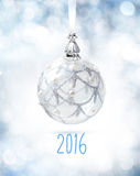 Weißes Weihnachtsball auf Weiß Stockfotografie