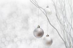 Weißes Weihnachtshintergrundsilberkugeln stockfotos