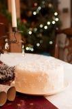 Weißes Weihnachtskuchen abgedeckt in den Schneeflocken Lizenzfreies Stockfoto