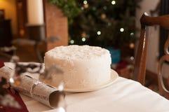 Weißes Weihnachtskuchen abgedeckt in den Schneeflocken Lizenzfreies Stockbild