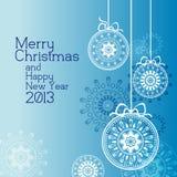 Weißes Weihnachtskugel mit blauem Hintergrund Stockfoto