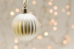 Weißes Weihnachtskugel mit unscharfen Leuchten Stockfotografie