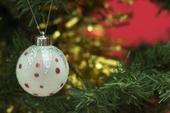 Weißes Weihnachtskugeldekoration auf Baum Stockfoto