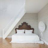 Weißes Weinlese-Schlafzimmer mit Treppe zum zweiten Stock Stockfotos