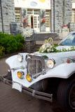 Weißes Weinlesehochzeitsauto Stockfoto