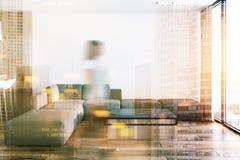 Weißes Wohnzimmer in der Studiowohnung, Sofa getont Lizenzfreie Stockfotografie