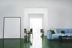 Weißes Wohnzimmer, Sofa Stockbild