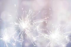 Weißes Wunderkerzefeuer für festlichen Hintergrund des Feiertags Lizenzfreie Stockfotografie