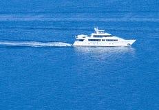 Weißes Yacht ~ Segeln auf freiem blauem Meer Stockfotografie