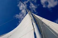Weißes Yachtsegel lizenzfreies stockbild