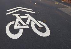 Weißes Zeichen des Fahrradweges markiert auf Straßenasphalt Stockfoto