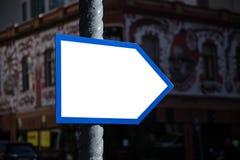Weißes Zeichen mit blauer Grenze stockfoto