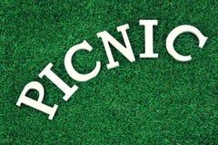 Weißes Zeichen-Picknick auf dem Rasen Lizenzfreies Stockbild