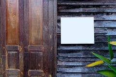 Weißes Zeichenbrett auf der alten hölzernen Tür Stockfotos