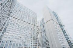 Weißes zeitgenössisches Wohnwolkenkratzerwohngebäude stockfoto
