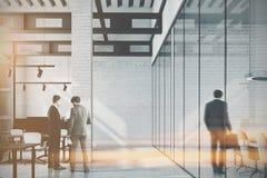 Weißes Ziegelsteindachbodenbüro, Spalte getont Stockfotos