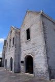 Weißes Ziegelsteinhaus und blauer Himmel Lizenzfreie Stockbilder