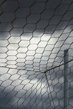Weißes Zielfußballnetz, bewölkter Himmel Stockbilder
