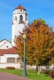Weißes Zug Depot mit Herbstbäumen und Glockenturm Stockbilder