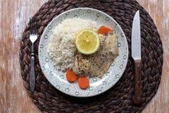 Weißfisch diente am Tisch mit Zitrone und Reis Lizenzfreies Stockbild