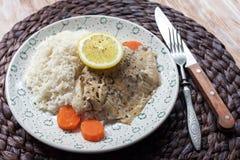 Weißfisch diente am Tisch mit Zitrone und Reis Lizenzfreies Stockfoto