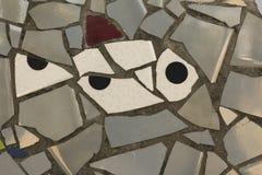Weißfisch gemacht von den keramischen gebrochenen Stücken mit verschiedenen Formen stockfoto
