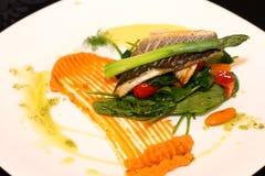 Weißfisch mit Spargel Stockbild