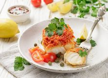 Weißfischkabeljau, Pollock, nototenia, Hechtdorsch, gedünstet mit Zwiebeln, Karotten und Tomaten Stockfotos