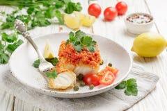Weißfischkabeljau, Pollock, nototenia, Hechtdorsch, gedünstet mit Zwiebeln, Karotten und Tomaten Stockbild