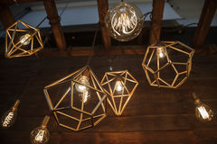 Weißglühende retro lampen in einer modernen art edison lampe